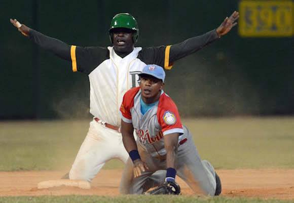 Jugada en segunda base. Donald Duarte es declarado quieto. Foto: Ricardo López Hevia/ Granma