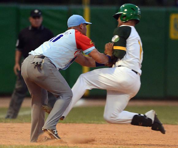 Beisbol-Final-Serie-55-CA vs PR 3ser play gana ciego 6 x 5 jugada en 3ra base Ruben Valdes y Lazaro Martinez