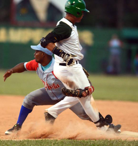 Beisbol-Final-Serie-55-CA vs PR 3ser play gana ciego 6 x 5 jugada en 1mera base Ruben Valdes y Lazaro Martinez