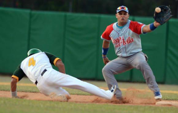 Beisbol-Final-Serie-55-CA vs PR 3ser play gana ciego 6 x 5 jugada en 2da base Yorvis Borroto. Foto: Ricardo López Hevia/ Granma