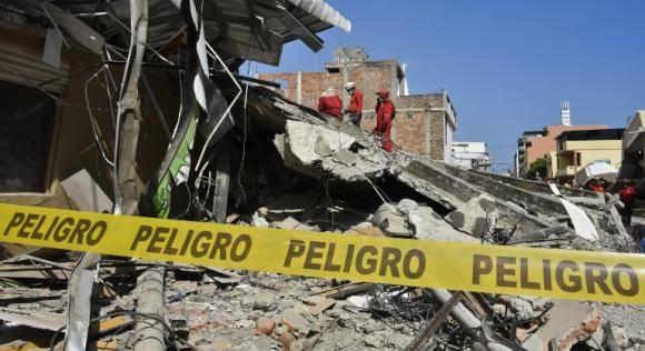 Brigadas de rescatistas de varios países se sumaron a las labores de socorro en Ecuador tras el sismo de 7.8 grados. Foto: AFP.
