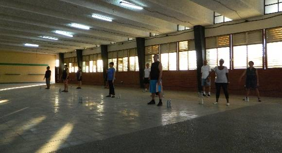 En la sala de Esgrima se realizan los ejercicios terapéuticos en la tarde para trabajadores, un espacio amplio, pero castigado por el sol, no es posible ni cerrar ni abrir esas ventanas. Foto: Susana Tesoro/ Cubadebate.