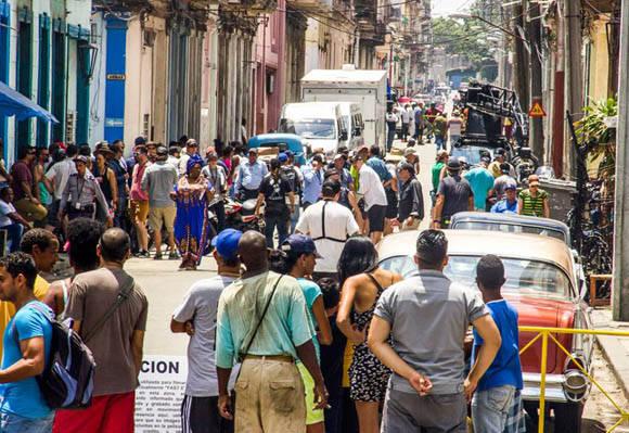 """Los transeúntes se detienen para observar la filmación de """"Rápido y Furioso 8"""". Foto: David González."""