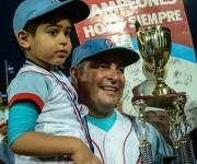 Roger Machado, director de los Tigres de avileños, recibe el trofeo que los acredita como campeones nacionales de la 55 Serie Nacional de Béisbol, al derrotar a los Vegueros de Pinar del Rio, cuatro juegos a tres, en el estadio José Ramón Cepero, de la capital avileña, el 17 de abril de 2016.