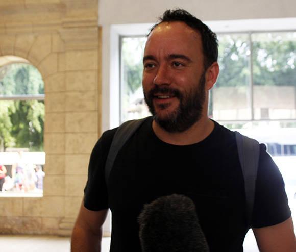 Dave Matthews es entrevistado por la prensa al llegar al Museo de Bellas Artes, ubicado en la Habana Vieja. Foto: José Raúl Concepción/ Cubadebate.