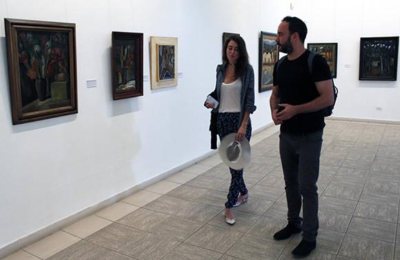 Dave Matthews aprecia el arte cubano. Foto: José Raúl Concepción/ Cubadebate.