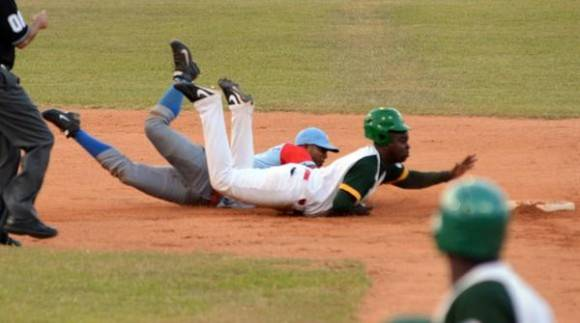 Donald duarte es puesto out en segunda base Foto: Marcelino Vázquez / ACN