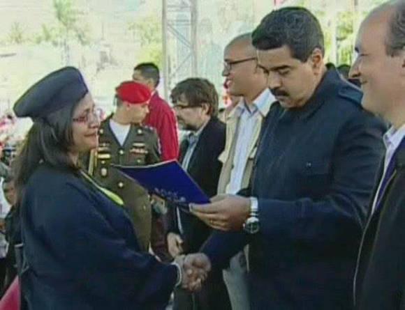 El Presidente Nicolás Maduro entregando los títulos de Médico Integral Comunitario junto a varios de sus Ministros. Foto: Cortesía del autor