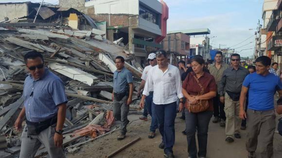 El presidente Rafael Correa cumplió un recorrido por zonas devastadas por el terremoto que inició la mañana de ayer y terminó esta madrugada. Foto: Secom.