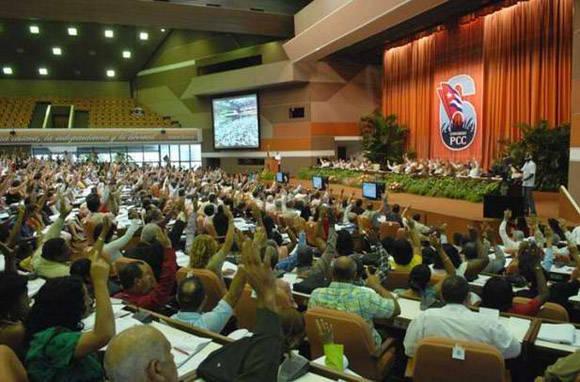 En el Sexto Congreso del PCC, las comisiones discutieron los dictámenes y más tarde, en plenario, aprobaron la candidatura a miembro del CCPCC y ejercieron el voto. Foto: Juvenal Balán.