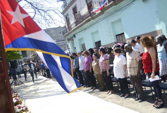 En el parque Fe del Valle, en Galiano entre San Rafael y San Miguel, se encontraban familiares, trabajadores del sector de los servicios, y representantes del pueblo de Centro Habana. Foto: Anabel Díaz/ Granma.