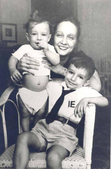 Fe del Valle junto a sus hijos años antes del sabotaje en el que pereció. Foto: Archivo.