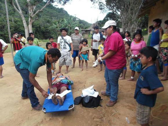 Graduados del MIC atendiendo emergencia en comunidad indígena apartada. Foto: Cortesía del autor