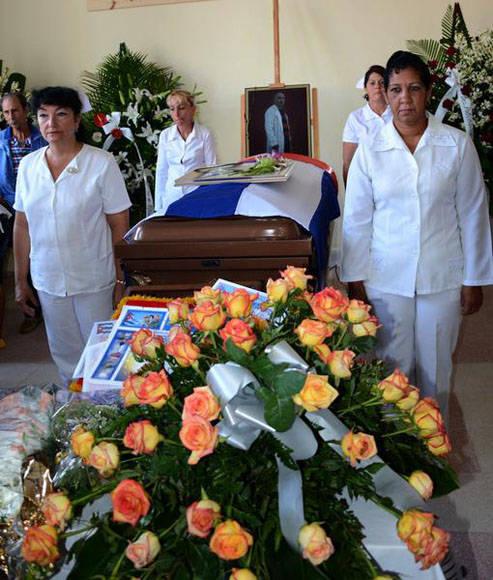 Guardia de honor por sus compañeros de trabajo y la dirección de salud en la provincia de Villa Clara, a  Eric Omar. Foto: Arelys María ECHEVARRÍA RODRÍGUEZ/ACN