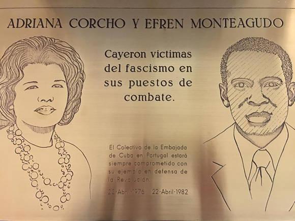 Tarja conmemorativa a Adriana Corcho y Efrén Monteagudo, quienes fallecieron víctimas de un atentado el 22 de abril de 1976. Foto: Embajada de Cuba en Portugal.