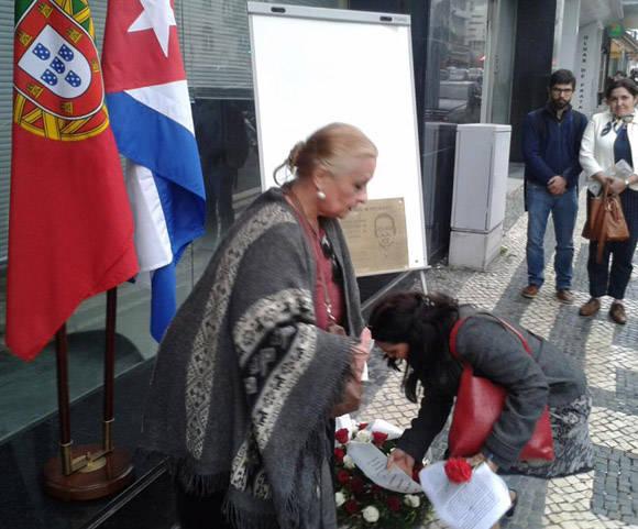 Se colocó una ofrenda floral con rosas.  Foto: Embajada de Cuba en Portugal.
