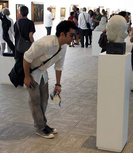 """Jhom Lloyd Young muestra especial interés por la escultura de 1934 """"Vida interior"""", de Teodoro Ramos Blanco. Foto: José Raúl Concepción/ Cubadebate."""