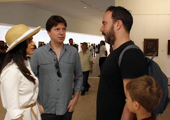 Joshua Bell (izq.) y Dave Matthews conversan en el Museo de Bellas Artes de Cuba en compañía de su novia e hijo. Foto: José Raúl Concepción/ Cubadebate.