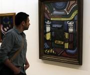 Kalpen Suresh Modi, conocido como Kal Penn, aprecia la obra de Amelia Peláez. Foto: José Raúl Concepción/ Cubadebate.