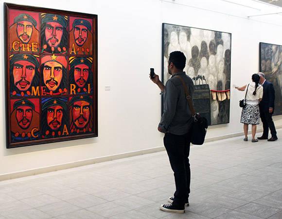 """El actor y productor indio-estadounidense, Kal Penn, se muestra especialmente interesado en la obra """"Fénix"""" de Raúl Martínez. Foto: José Raúl Concepción/ Cubadebate."""