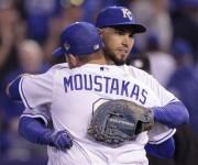 La primera base, Eric Hosmer, abraza la tercera, Mike Moustakas en el día inaugural de las Grandes Ligas. Foto: AP/Colin E. Braley.