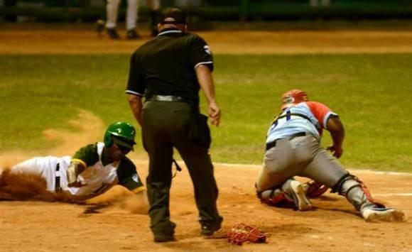 Denis Laza es quieto en home durante el quinto inning. Foto: Marcelino Vázquez / ACN