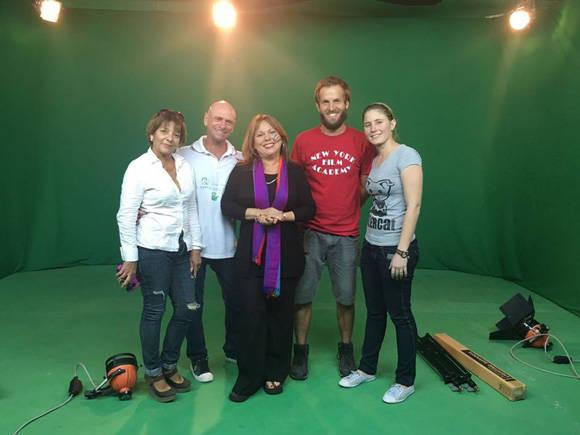 Liuba junto a parte del equipo de filmación. Foto tomada de la página oficial en Facebook de la cantante.