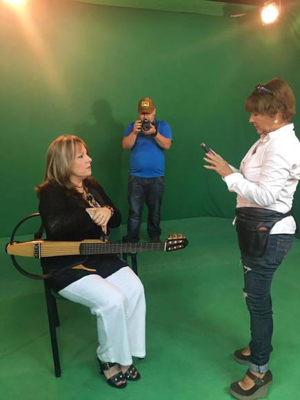Durante la filmación de los videos. Foto tomada de la página oficial en Facebook de la cantante.
