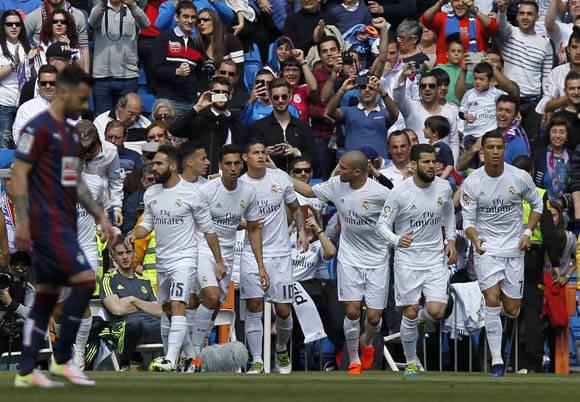 Los jugadores del Madrid celebran el gol de James. Foto: Javier Gandul/ AS.
