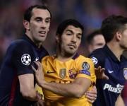Luis Suárez perdió el duelo entre uruguayos contra Diego Godín. Foto: Javier Soriano/ AFP