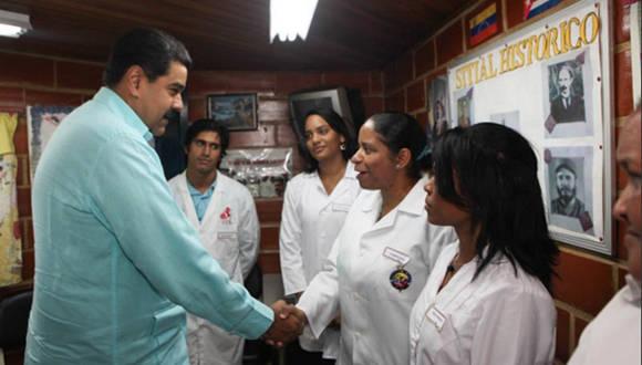Maduro saluda a los médicos