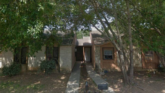 Los niños fueron rescatados de una de estas casas, en San Antonio, Texas.