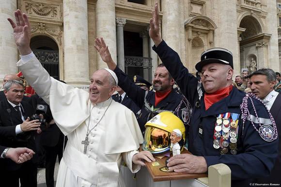 El Papa Francisco se puso un casco de bombero que le obsequió un escuadrón francés. Foto: Osservatore Romano.