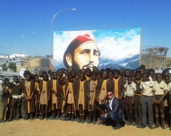 Mural de Fidel en escuela namibia. Foto: EMBACUBA Namibia / Cubadebate