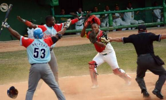 Jugada en home, durante el quinto juego del play off final de la 55 Serie Nacional de Béisbol entre los equipos de Los Tigres de Ciego de Ávila y los Vegueros de Pinar del Rio, en el estadio Capitán San Luis, en la capital pinareña, el 12 de abril de 2016,  Foto: Marcelino Vázquez / ACN