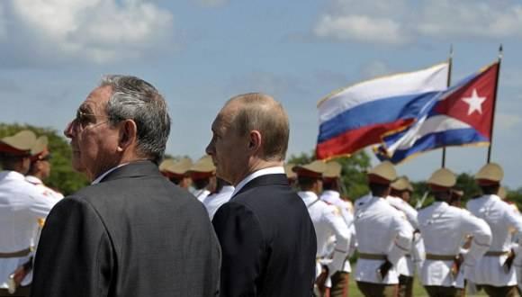 Los presidente Raúl Castro y Vladimir Putin durante la visita del mandatario ruso a Cuba en 2014. Foto: AP.