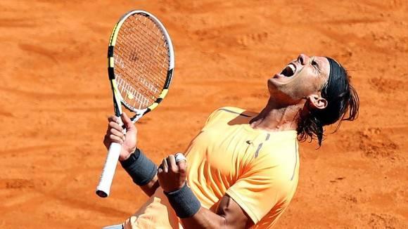 Rafael Nadal gana uno de sus trofeos en arcilla. Foto tomada de nereapita.blogspot.com.