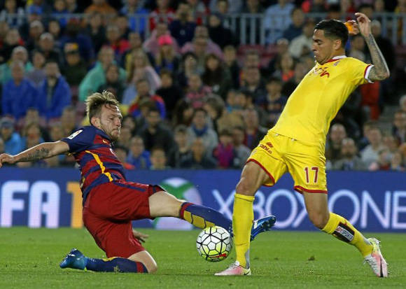 Rakitic y Mascarell pelean un balón. Foto: Francesc Adelantado/ Marca.