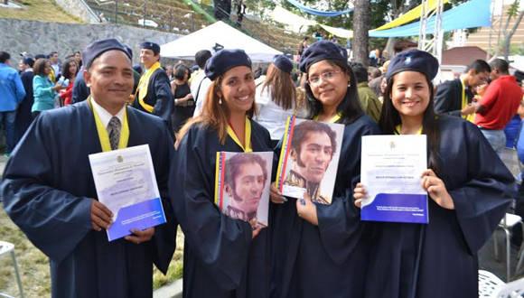 Recien graduados mostrando su título de Médico Integral Comunitario. Foto: Cortesía del autor.