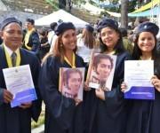 Recien graduados mostrando su título de Médico Integral Comunitario.