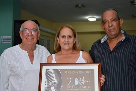 """Daniel Legón, ingeniero en sonido y  Rosa Campo  junto a José Manuel García, realizador del Documental  """"Salvar un recuerdo"""". Foto Marianela Dufflar."""