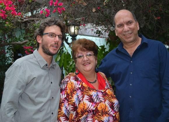Lázaro García y Gustavo Uribarri, fundadores de los Estudios Eusebio Delfín fueron reconocidos por Ela Ramos, Gerente General del sello Bis Music en la presentación.  Foto Marianela Dufflar