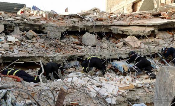 Rescatistas trabajan en medio de los escombros. Foto: Andes.