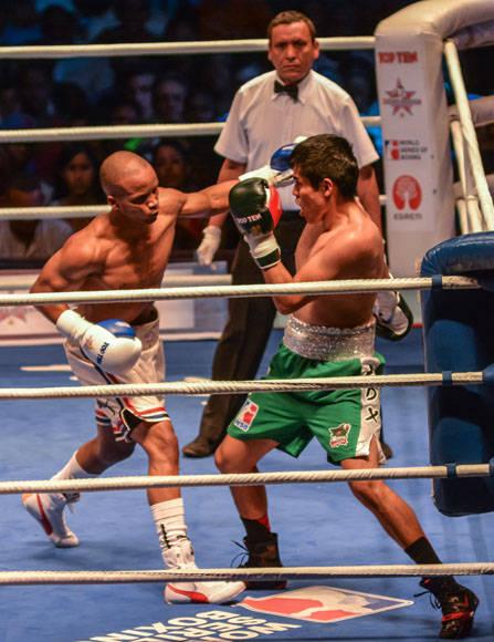 Roniel Iglesias se alzó sobre Malvin Guerra en los 69 Kg.  Foto: Marcelino Vázquez Hernández/ ACN.