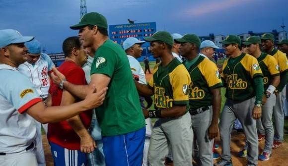 El equipo pinareño felicita a los campeones nacionales de la 55 Serie Nacional de Béisbol, el equipo de los Trigres de Ciego de Avila, en el estadio José Ramón Cepero, de la capital avileña, el 17 de abril de 2016. Foto: Marcelino Vázquez Hernández / ACN
