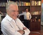Temer, sonriendo, mirando la televisión, en su despacho del Palacio de Jaburú, con un clima de victoria. Foto: Reuters.