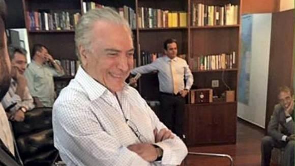 Temer, sonriendo, mirando la televisión, en su despacho del Palacio de Jaburú, con un clima de victoria.Foto: Reuters