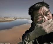 Un agricultor  de un sencillo rebano no puede soportar el hedor del rio Amarillo en Mongolia.