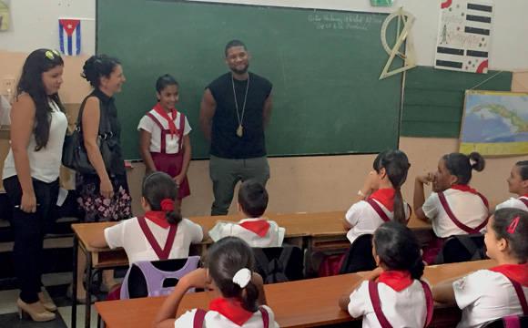 Usher interactúa con los alumnos. Foto: Embajada de EE.UU. en Cuba/ Cubadebate.