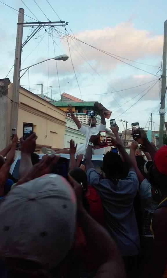 Usher se despide de los fanáticos en Regla desde el techo de su auto. Foto: Rachel Maury Cepero.